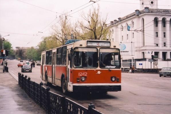 Trolleybus-ZiU-682V-012-N-1242-na-prospekte-Lenina.-90-e-gody.-Marshrut-N-4-nyne-ne-sushhestvuet-597×400